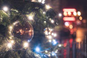 Les boules qui ornent le grand sapin du village de Noël de Saint-Quentin