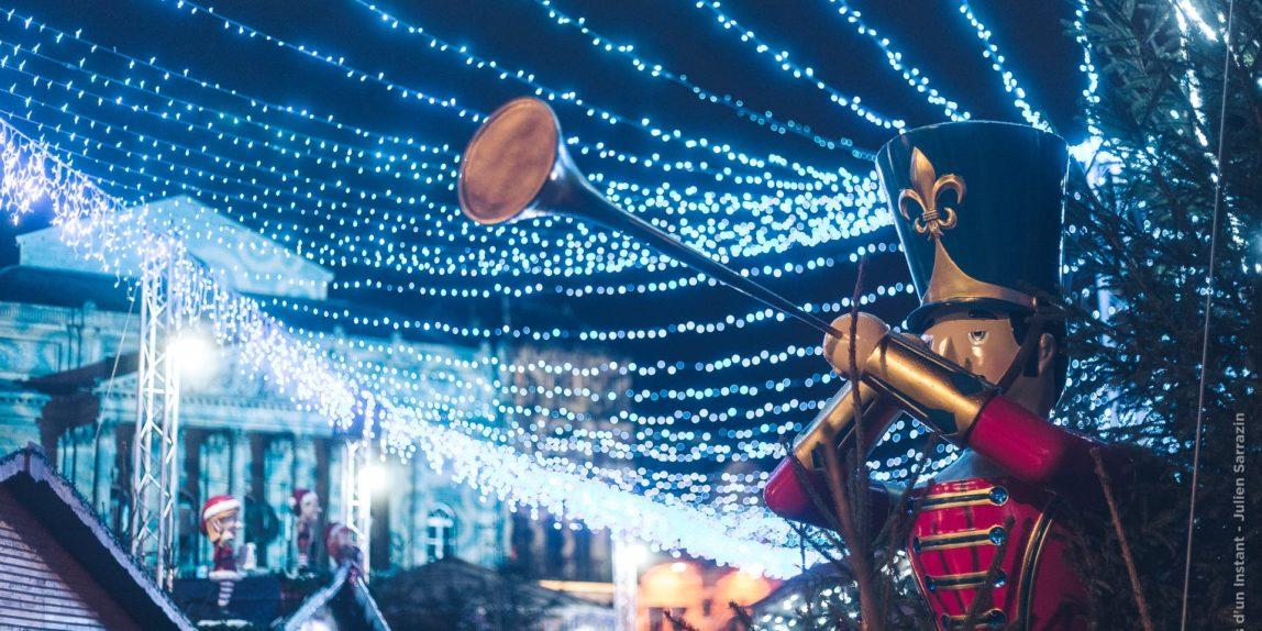 Les illuminations magiques formant un ciel étoilé au dessus du village de Noël de Saint-Quentin