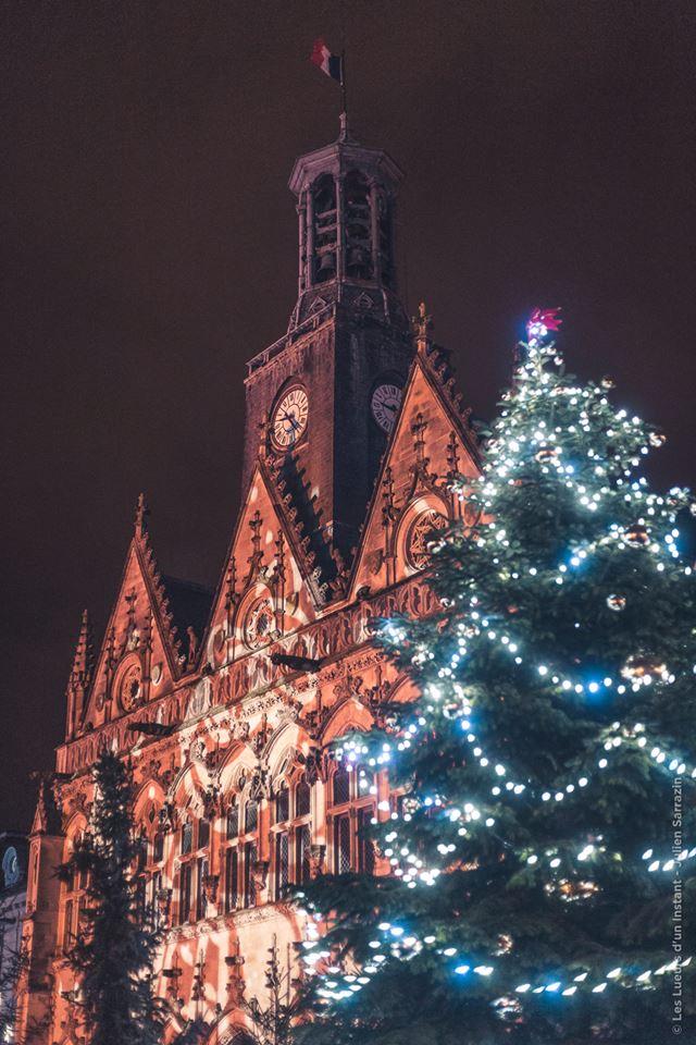 Le grand sapin du village de Noël de Saint-Quentin faisant écho aux toitures de l'Hôtel de Villen